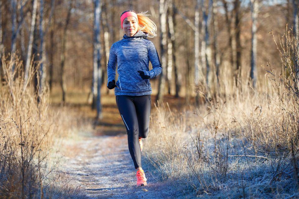 Joggen lernen: So läufst du richtig, junge Frau, Winter