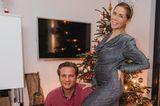 TanjaSzewczenko ist nach fünf Jahren Kinderwunsch wieder schwanger. Die freudige Nachricht möchte die ehemalige Eiskunstläuferin nicht länger für sich behalten und setzt ihren Babybauch im engen Glitzerkleid stylisch in Szene. Mit Hohlkreuz und angewinkeltem Bein wirkt ihr Bauch noch größer und gibt eine leichte Vorstellung davon, wie der Bauch sich in den nächsten Monaten verändern wird.