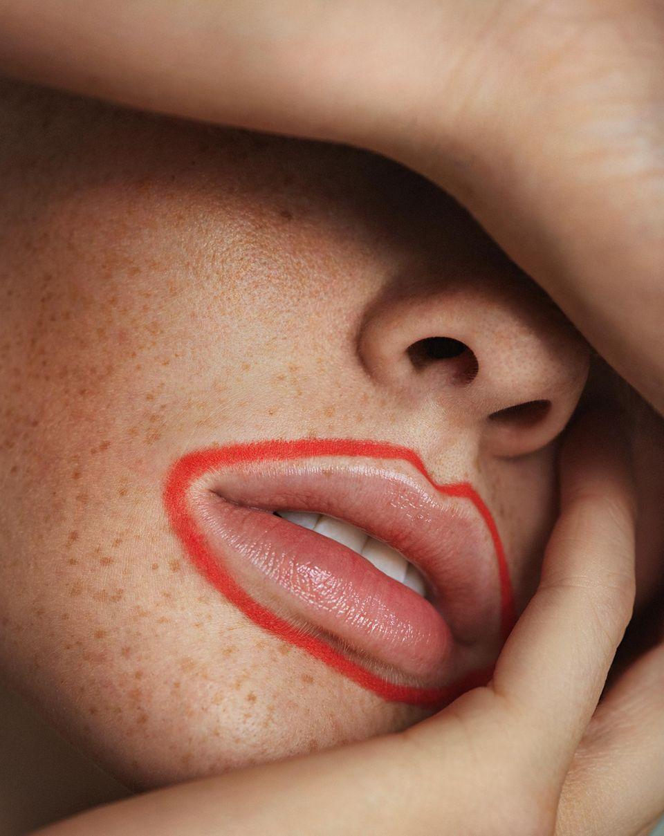 Kussmund gefällig?: Model mit rot umrandeten Lippen