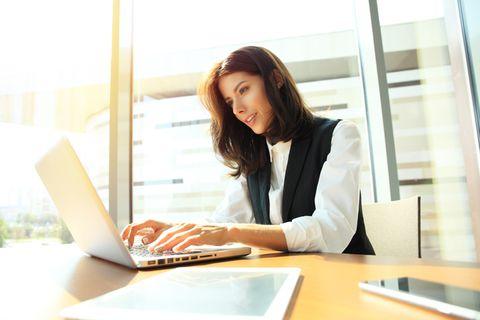 GTD: Frau sitzt am Laptop.