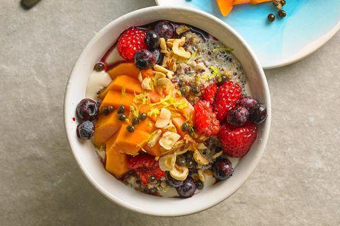 Quinoa-Porridge mit Papaya und Beeren
