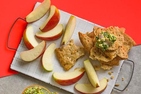Schüttelbrot mit Pesto-Frischkäse und Apfel