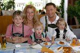 Promi-Nachwuchs: Giulia Siegel mit ihren drei Kindern und Hans Wehrmann