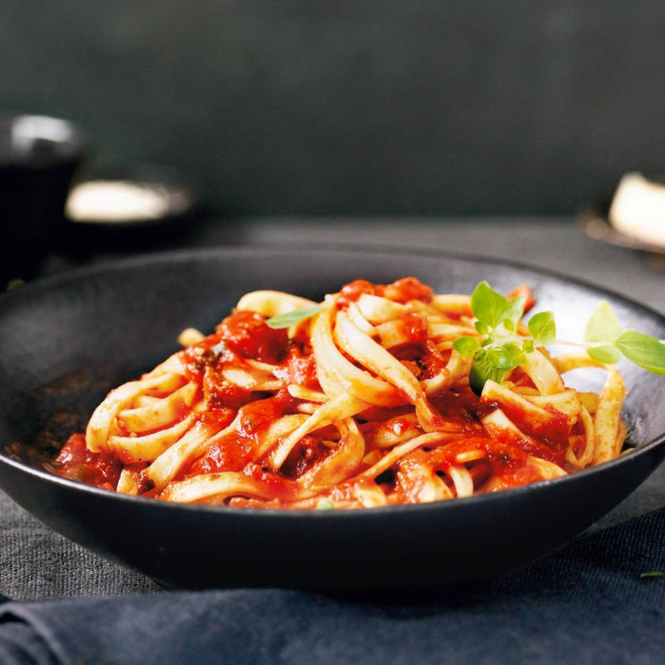 Tomaten-Sesam-Soße mit Specknudeln