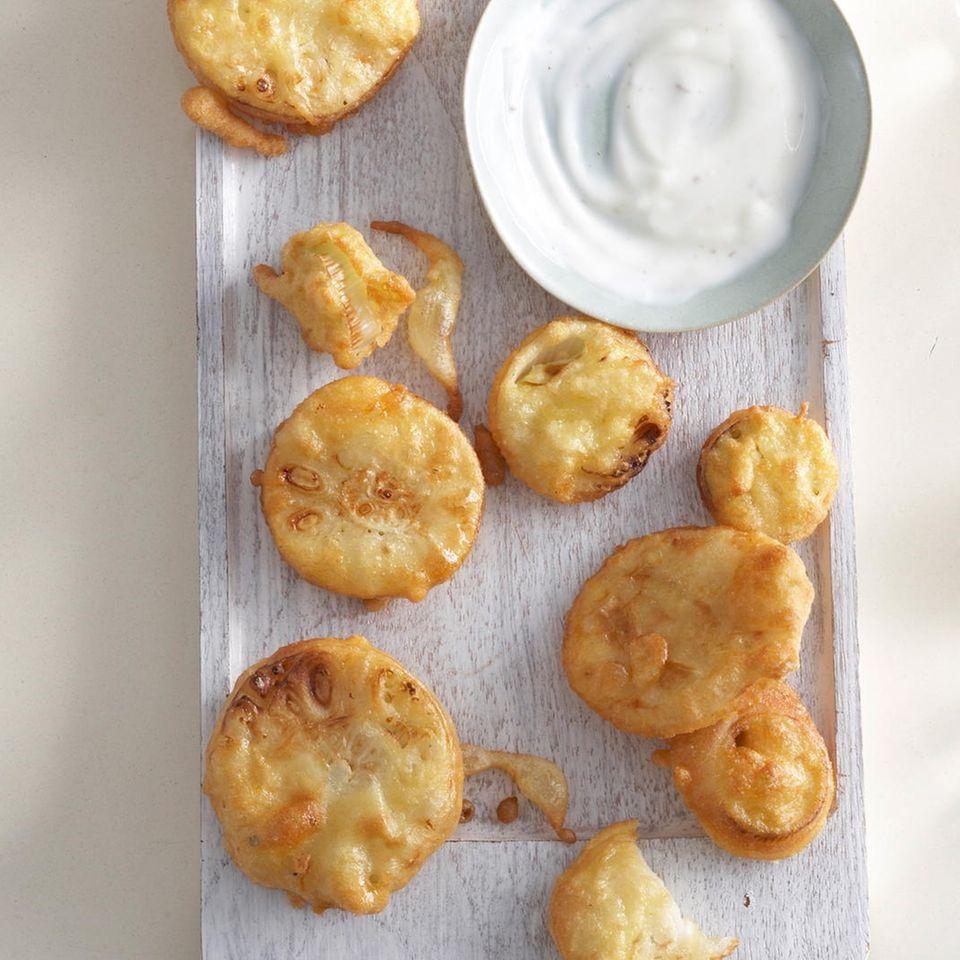 Knoblauchscheiben mit Joghurt-Dip