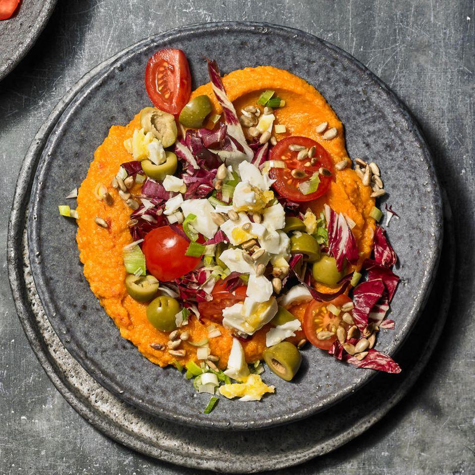 Salat mit Ei, Radicchio und Kartoffelpaste