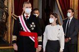 Der Neujahrsgruß an das Militär ist in Spanien ein wichtiger Terminfür den sich Königin Letizia in der Vergangenheit stets glamourös herausputzt hat. Dieses Jahr bleiben die langen Luxusroben allerdings im Schrank hängen - stattdessen setzt die Monarchin auf eine schlichte Rock-Blusen-Kombination. Grund dafür könnte die angeschlagene wirtschaftliche Lage in Spanien sein, mit der sich die Königin solidarisch zeigen möchte. Auffällige Luxuslooks könnten in diesem Jahr beim Volk nicht ganz so gut ankommen.