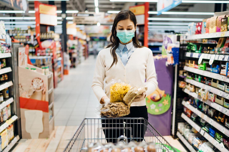 """""""Mogelpackung des Jahres"""": Frau im Supermarkt"""