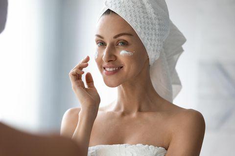 Anti-Aging-Creme: Frau mit Creme im Gesicht, Gesichtscreme, Gesicht eincremen
