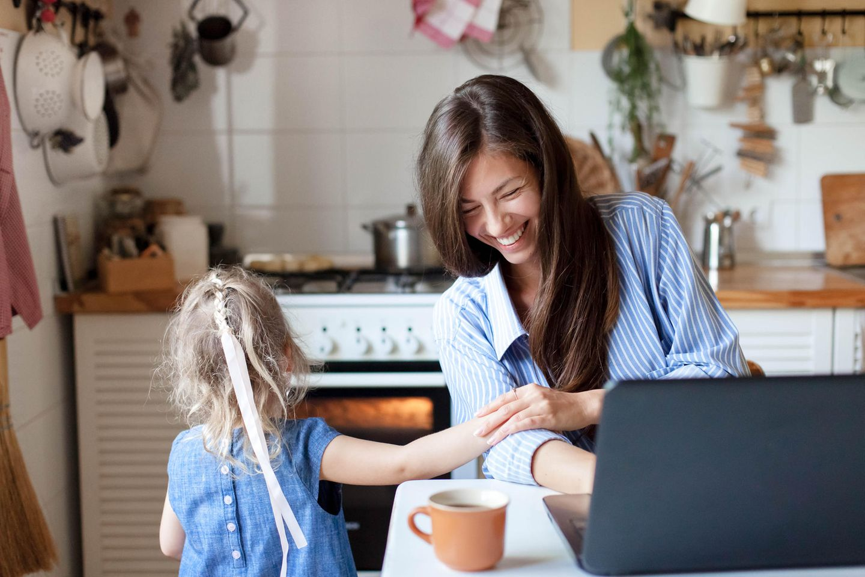 Mama mit Tochter im Home Office