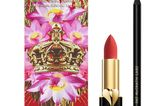 Pat McGrath zieht alle Beauty-Register und setzt 2021 auf blutrote Lippen mit samtigen Finish. Wie das gelingt? Mit dem neuenCrimson Couture Lip Kit, welches aus zweider meist verkauften Produkte besteht – dem PermaGel Ultra Lip Pencil und dem berühmten MatteTrance Lipstick. Um 60 Euro.