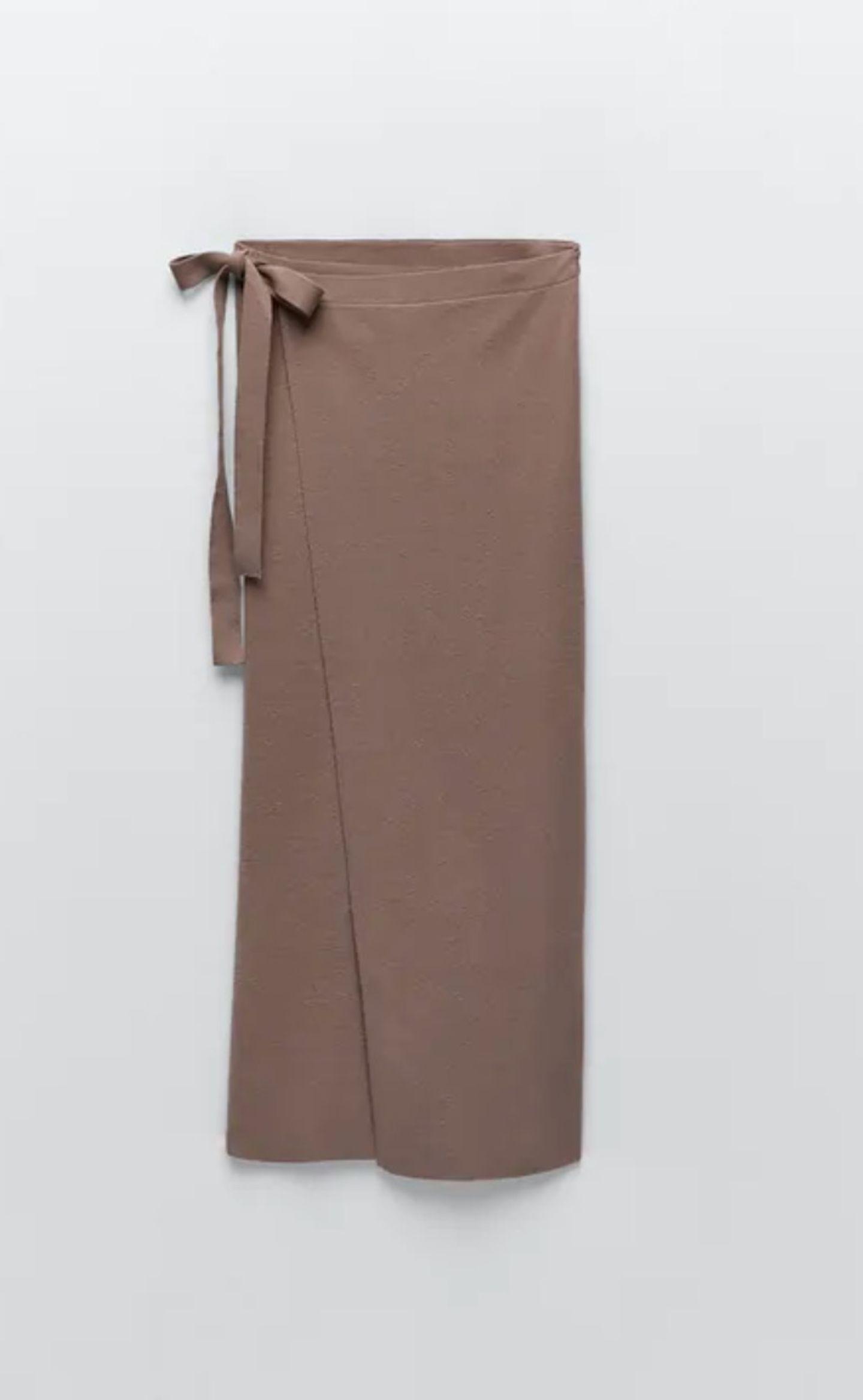 Wir startenstylisch in den Januar und pimpen unseren Look mit diesem braunen Wickelrock. Jetzt noch ein paarSchaftstiefeln und einen Pullover mit Turtleneck dazu – et volià. Von Zara, um 30 Euro.
