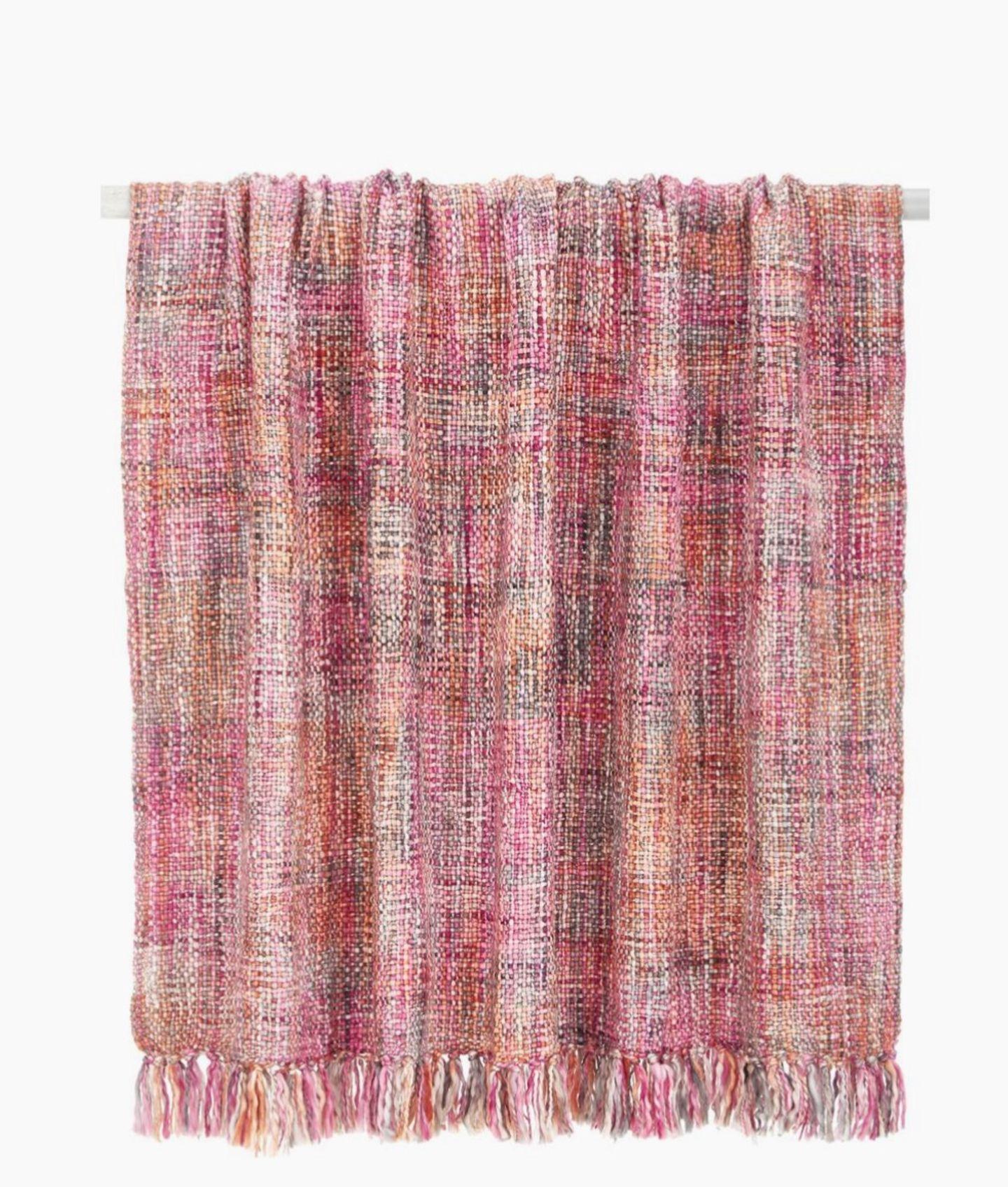 Wir sagen dem grauen Januar dem Kampf an – mit einem kuscheligen Plaid in Candycolours. Die Decke aus einem Viskose/Baumwoll-Mix vertreibt jedenfalls auch den letzten Anflug von Winterblues. Von Westwing Now, um 43 Euro.