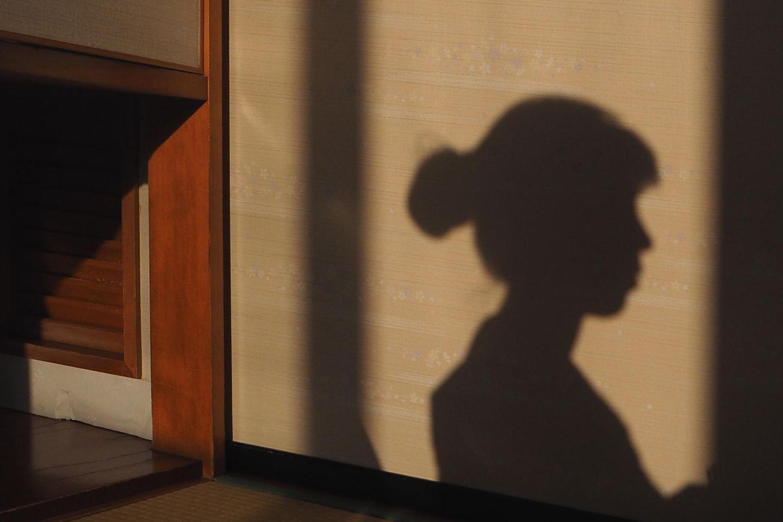 Fehlgeburt verarbeiten: Schatten einer Frau