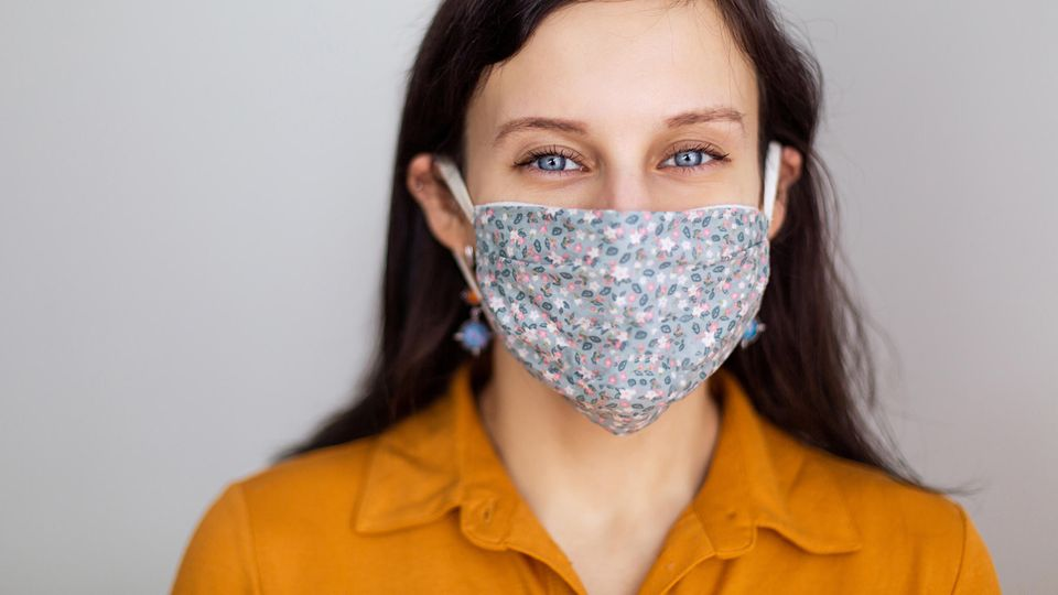 Maske: Frau mit Mundschutz