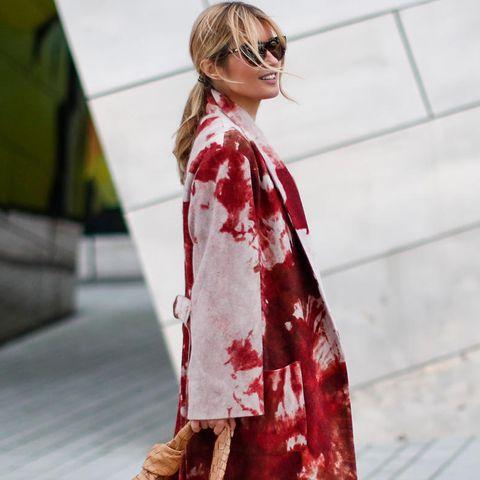 """Gitta Banko mit der """"Jodie Bag"""" von Bottega Veneta"""
