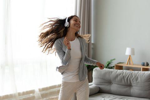 DISG-Modell: Frau tanzt mit Kopfhörern.