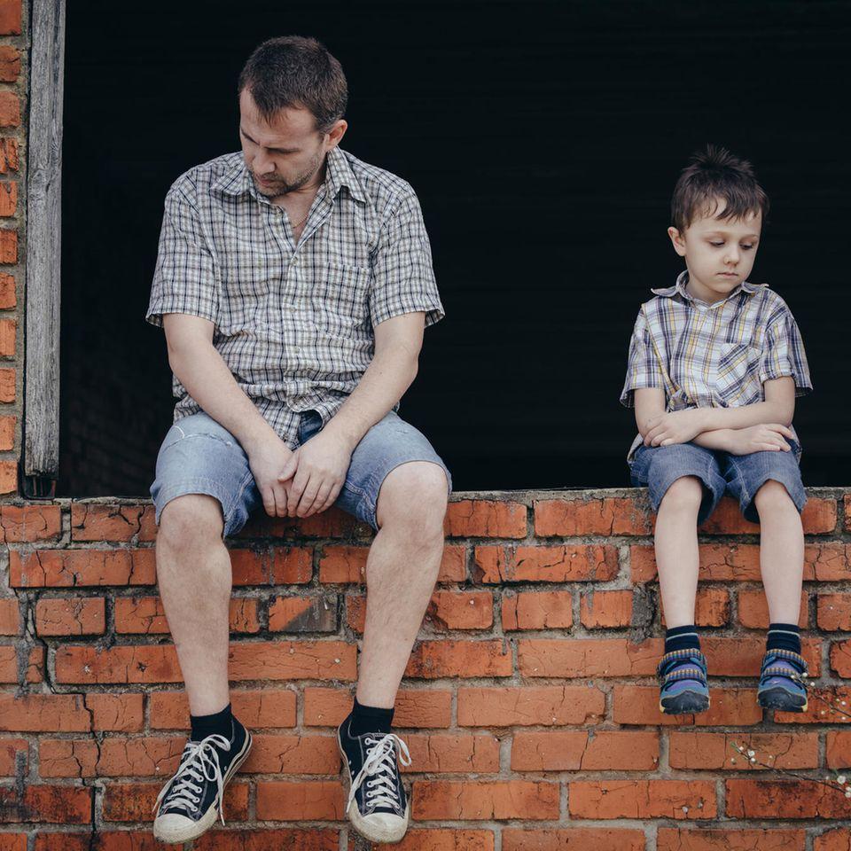 Väter-Zweifel: Vater und Sohn auf einer Mauer