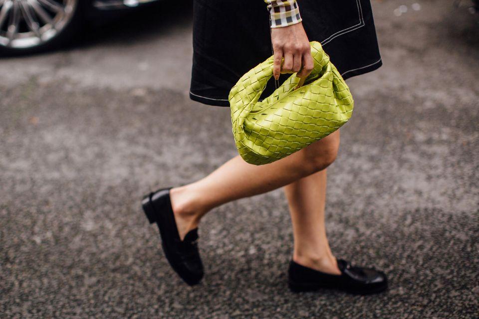 Trend 2021: Frau in Loafers