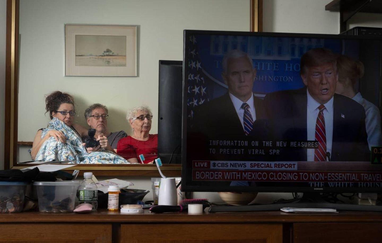 Quarantäne-Tagebuch: drei Leute schauen TV