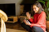 Eine Frau telefoniert via iPad