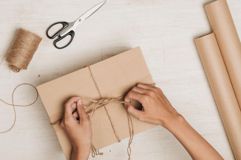 Eine Frau verpackt ein Geschenk
