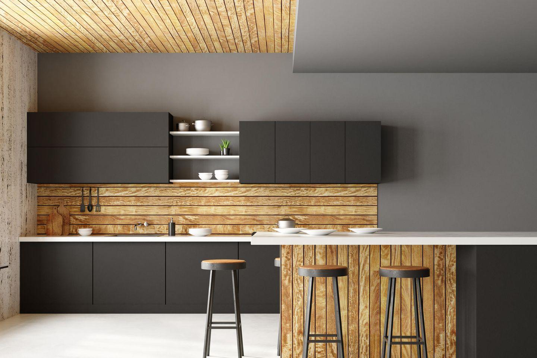 Holzküche: Küche aus Holz mit Holzdecke