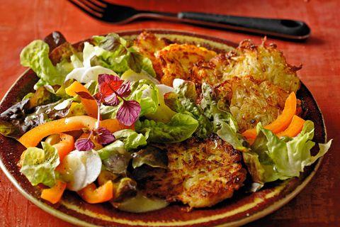 Sauerkraut-Kartoffelpuffer mit Herbstsalat