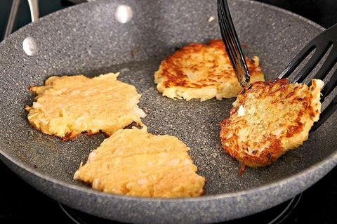 Kartoffelküchlein mit Salami