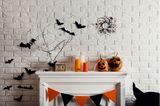 Kamin dekorieren: Kaminsims mit Kürbissen und Fledermäusen