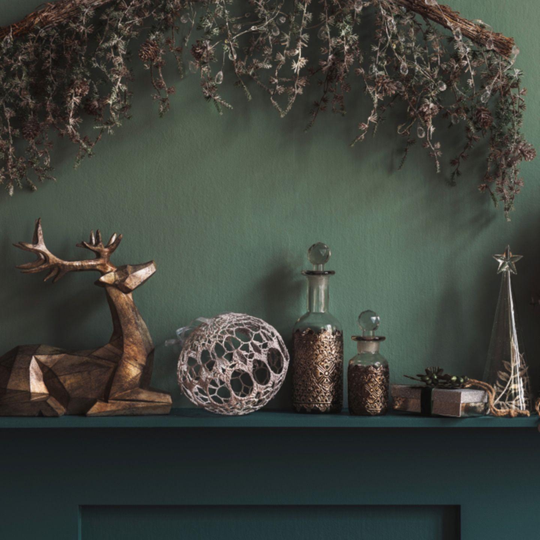 Kamin dekorieren: Kamin mit winterlicher Deko