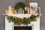 Kamin dekorieren: Kaminsims mit Weihnachtsdeko