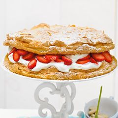 Erdbeer-Baiser-Torte mit Eierlikör-Sahne