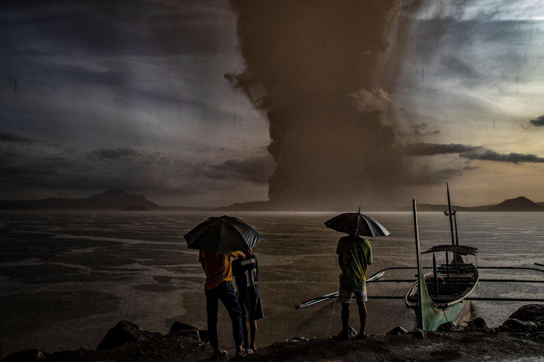 Bewegende Momente 2020: Menschen sehen auf Vulkanausbruch