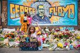 Bewegende Momente 2020: Mädchen sitzt vor George Floyd Denkmal