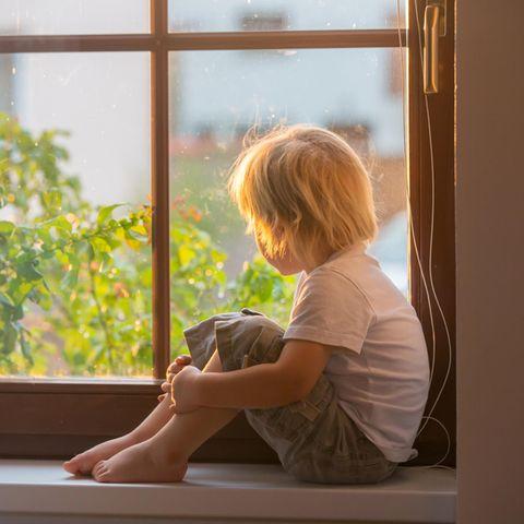 Corona aktuell: Kind am Fenster