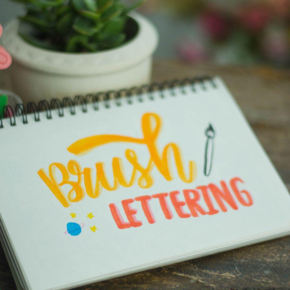 Brush Lettering: Notizblock mit den Worten Brush Lettering