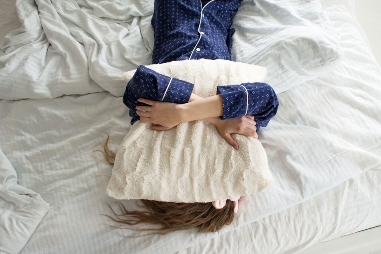 Morgenmuffel: Frau will nicht aufstehen