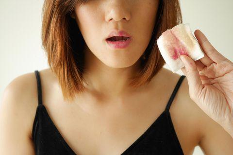 Abschminktücher: Frau mit Reinigungstuch in der Hand