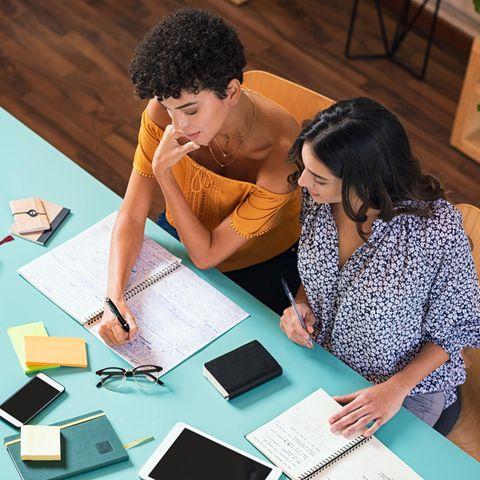 Visueller Lerntyp: Zwei Frauen sitzen am Tisch und lernen.