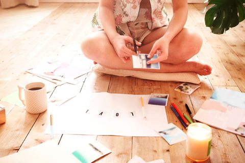 Vision Board: Frau bastelt eine Collage