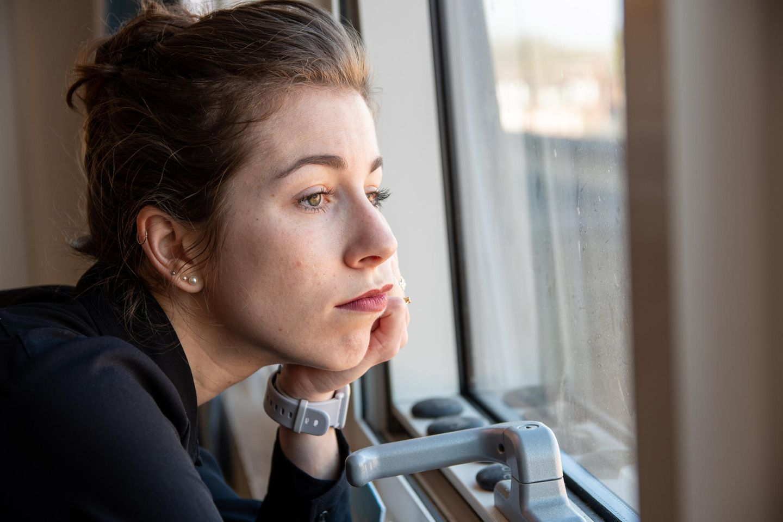 Corona-Winter - Frau guckt aus Fenster