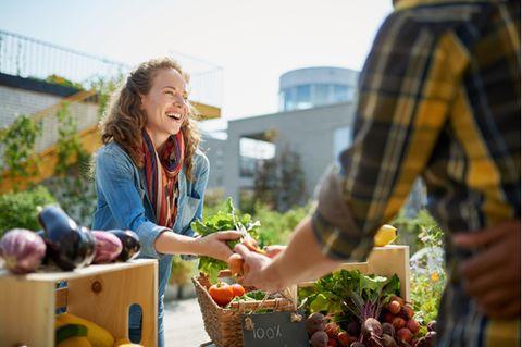 Nachhaltigkeit: Frau auf einem Wochenmarkt