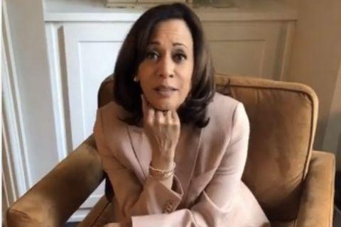 """Wir lieben Kamala Harris für ihre Power-Outfits, mit denen sie immer öfter klare Zeichen setzt. Doch ihr neuester Look, den sie am Tag des zweiten Amtsenthebungsverfahrens (engl. Impeachment) gegen noch Präsident Donald Trump trägt, toppt bisher alles. Denn nicht ohne Grund greift die zukünftige Vizepräsidentin zu einem Anzug in der Farbe Peach und kombiniert ihn mit mintfarbenen Socken. Dass die beiden Farben quasi das Wort """"Impeachment"""" ergeben, kann kein Zufall sein! Doch nicht nur mit der Farbe ihrer Socken setzt Harris ein klares Statement..."""