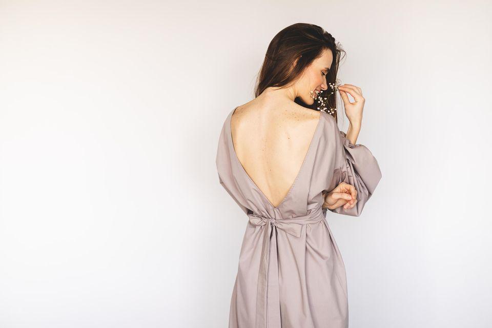 Rückenfreier BH: Frau mit rückenfreiem Kleid, Rückenausschnitt