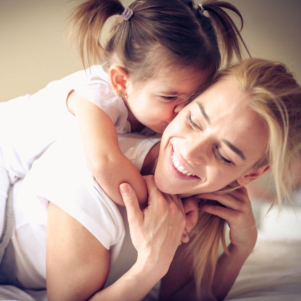 Grundsätze für Eltern: Mutter albert mit Tochter herum