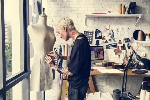 Modedesigner: Modedesignerin bei der Arbeit