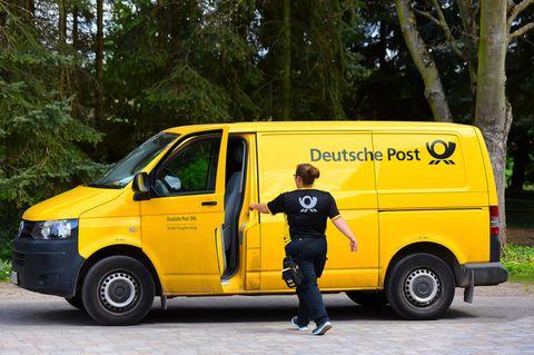 Postbote: Postbotin steigt ins Auto