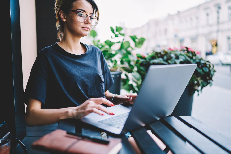 Social Media Manager: Frau arbeitet am Laptop