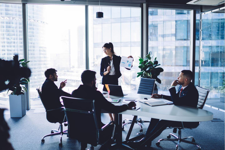 Unternehmensberater: Unternehmensberaterin bei der Arbeit